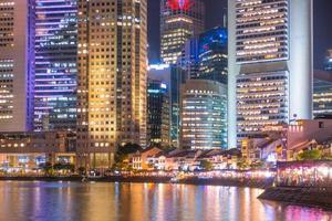 gebouwen van de stad Singapore bij nacht foto