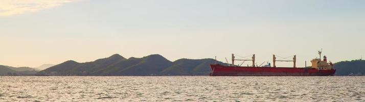 groot vrachtschip op zee foto
