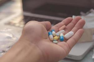 veel kleurrijke pillen in een hand