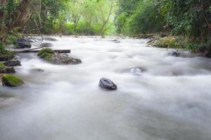 lange belichtingstijd shot van een stroom in Thailand foto