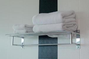 witte handdoeken in de hotelbadkamer foto