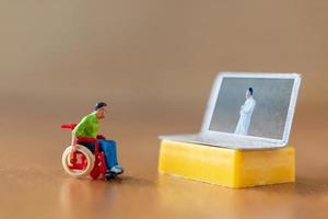 mannelijke patiënt overleg met arts met behulp van videogesprek op laptop foto