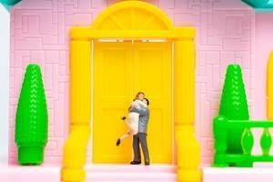 twee miniatuurgetrouwde mensen knuffelen foto