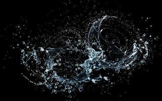 water splash op zwarte achtergrond foto