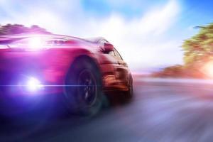 auto te hard rijden op de weg foto
