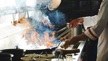 schroeiend voedsel in de wok