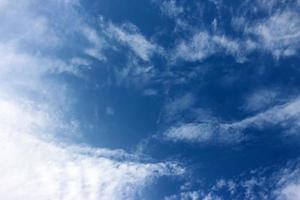 diepblauwe lucht foto