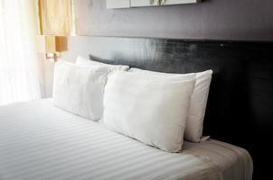kussens op een hotelbed foto