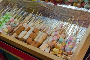 kleurrijke marshmallowsuikergoed op stokken