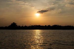 zonsondergang over de rivier