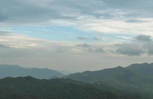 bossen en bergen in Thailand foto