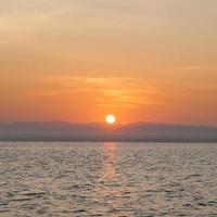 zonsopgang aan zee foto