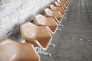 bruine plastic stoelen op openbare ruimte foto