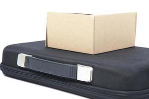 bruine papieren doos op een zwarte koffer
