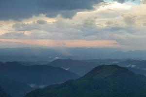 bergen bij zonsondergang