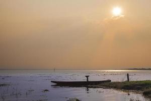 kleine boten afgemeerd aan het meer