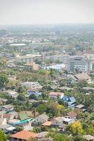 gebouwen en torens in phetchaburi in thailand foto