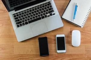 laptop en smartphones op bureau