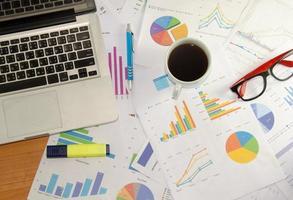 werkdocumenten en koffie op bureau foto