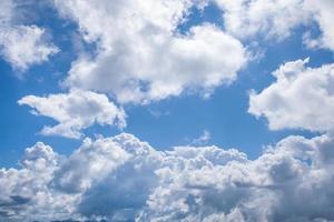 wolken aan de hemel in het voorjaar foto
