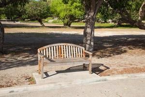 bankje in het park foto