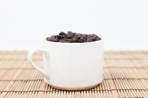 kopje koffiebonen op tafel foto