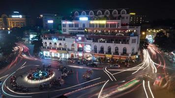 Hanoi, Vietnam, 2020 - Nachtelijke bewegingsopname van stadsverkeer foto
