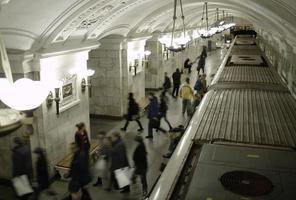 Moskou, Rusland, 2020 - mensen lopen in de metro foto