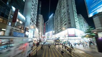 hong kong, 2020 - lange blootstelling van een drukke straat in hong kong foto