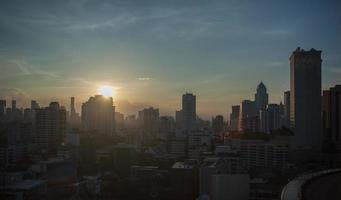 zonsondergang in de stad van bangkok, thailand foto