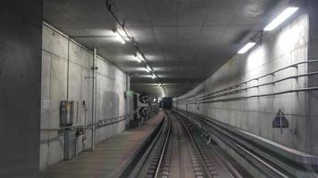 london, uk, 2020 - interieur van de grootstedelijke metro foto