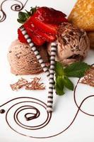 chocoladeroomijs overgoten met verse aardbeien foto