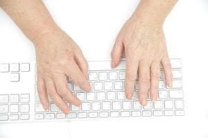 persoon typen op toetsenbord