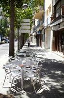 barcelona, spanje, 2020 - leeg straatcafé
