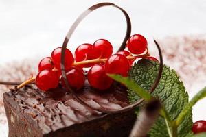 chocoladetaart met rode bessen foto