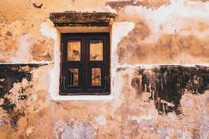 oud gebouw met klein raam foto