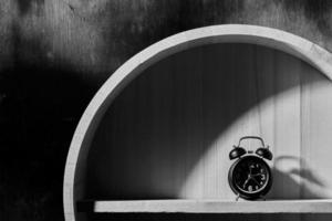 zwart-wit van een wekker foto