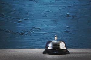 dienstbel tegen een geschilderde blauwe achtergrond