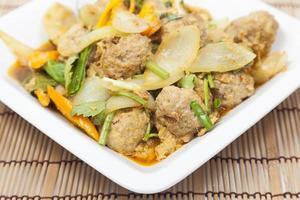 gebakken varkensvlees curry op een witte plaat