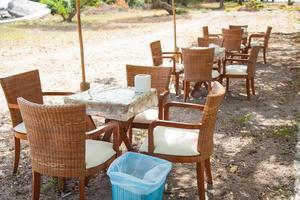 eettafel en stoelen foto