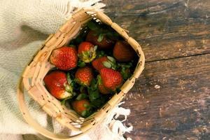 aardbeien in een geweven mand