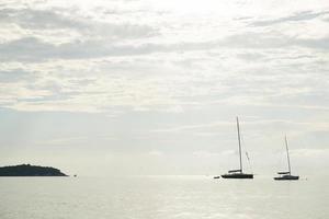 zeilboten afgemeerd aan zee foto