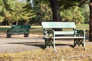 banken in het park foto