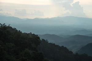 mist bedekt bos in thailand foto