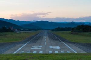 landingsbaan van de luchthaven bij zonsondergang