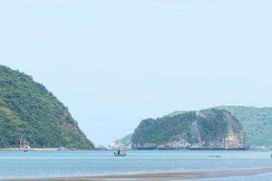 kleine vissersboten op de zee in Thailand foto