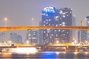 brug over de rivier in de stad Bangkok foto