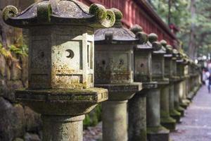 oude stenen lantaarns in japan foto