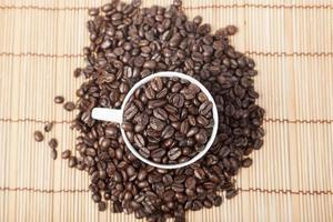 koffiebonen in een koffiekopje foto