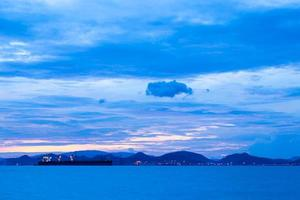vrachtschip bij zonsondergang foto